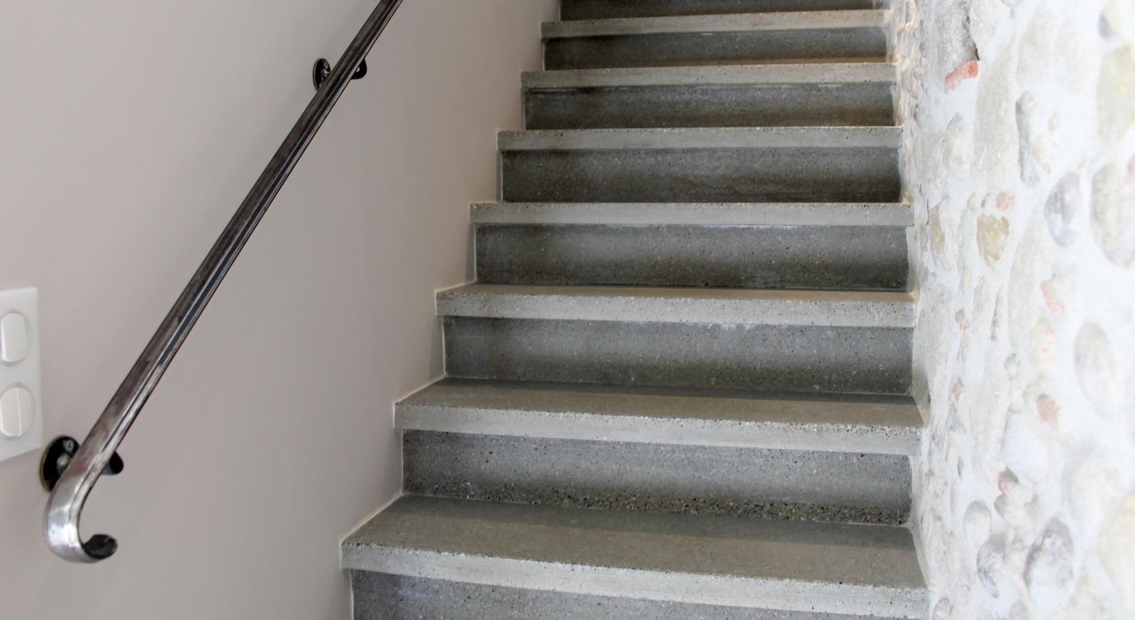 Incroyable La Deuxième Est Un Escalier En Ciment Avec Un Nez De Marche Chanfrainé Qui  Su0027adapte Trés Bien Dans Les Lieux De Services.