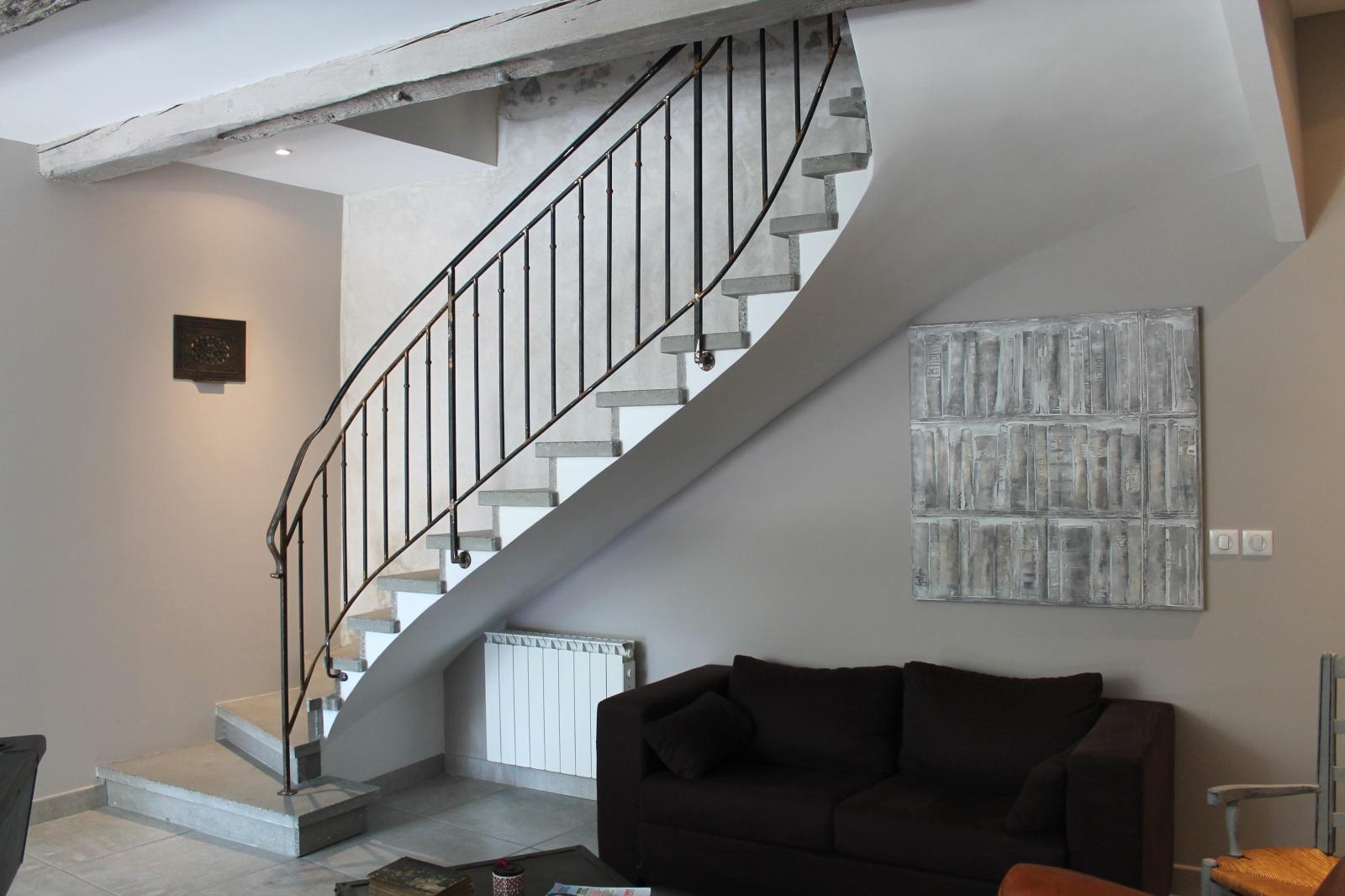 La Deuxième Est Un Escalier En Ciment Avec Un Nez De Marche Chanfrainé Qui  Su0027adapte Trés Bien Dans Les Lieux De Services.